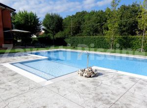 Scala centrale piscina a sfioro