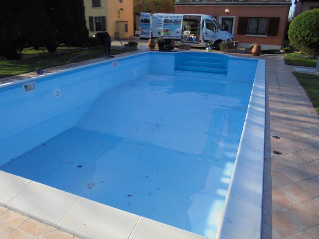 Sostituzione telo pvc e riparazione rivestimento piscina for Piastrelle per interno piscina