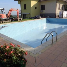 Ristrutturazione di una piscina a skimmer in una piscina a sfioro