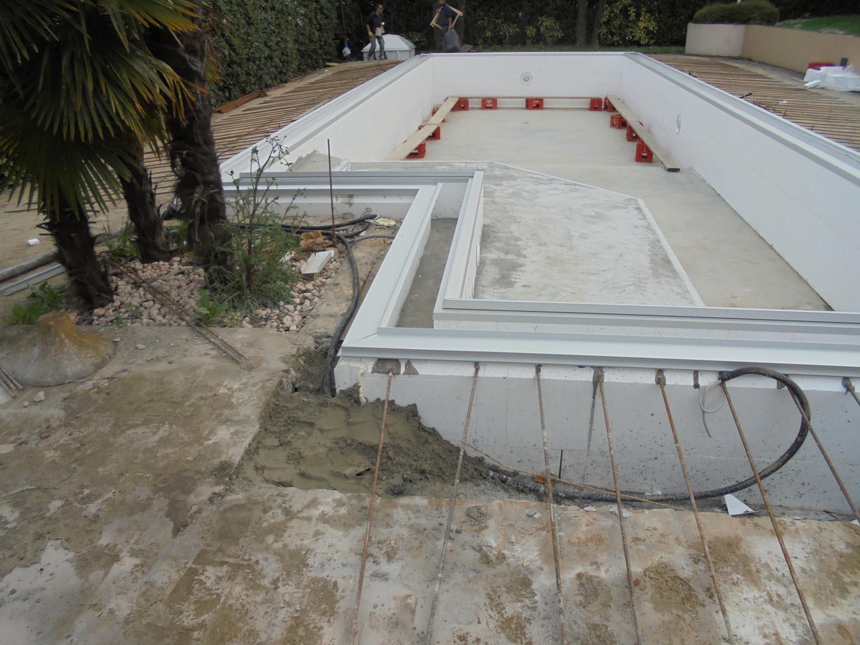 Struttura piscina dopo riempimento cemento armato vista frontale zavatti piscine a sfioro - Piscine in cemento ...