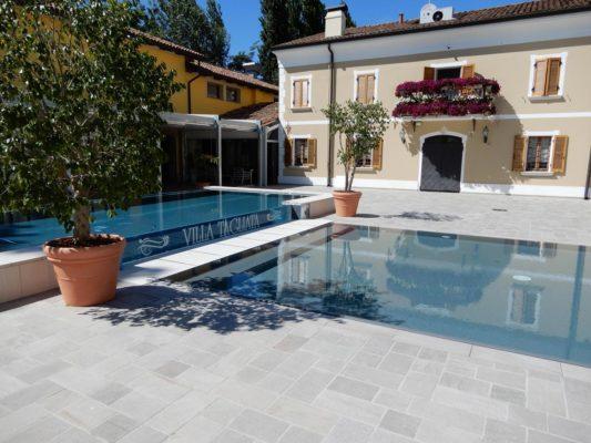 Zona relax di grandi dimensioni perfetta per passare il tempo con i propri figli senza i pericoli delle grandi profondità. La piscina inoltre è caratterizzata da una decalcomania con il nome della villa.
