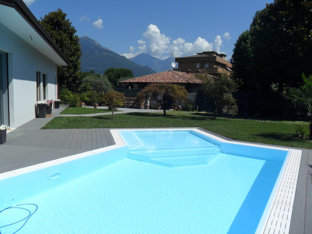 Piscine a sfioro con zona relax angolare zavatti piscine - Gradini per piscine ...