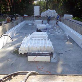 Montaggio della struttura Easyblok della nuova piscina a sfioro