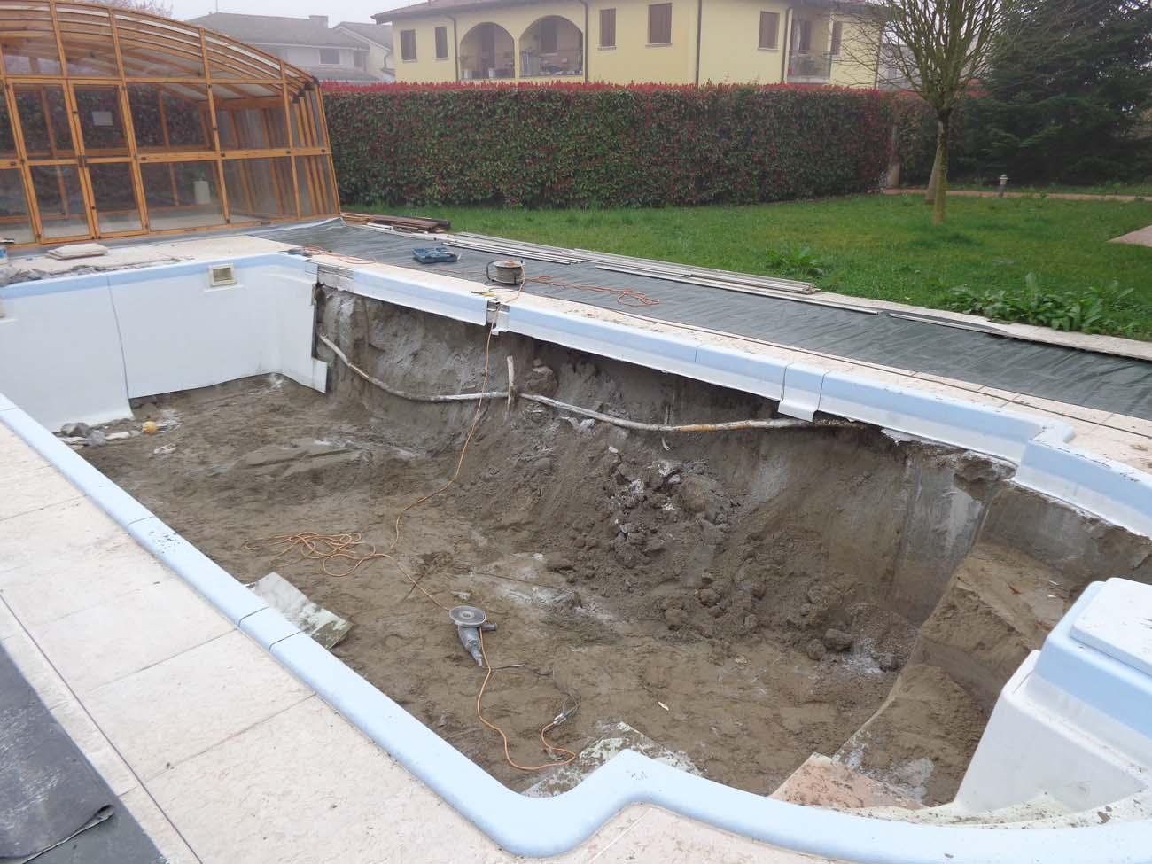 Demolizione piscina in vetroresina zavatti piscine a sfioro for Come costruire una vasca incassata