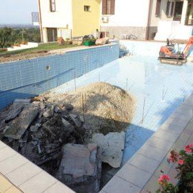 Demolizione di una vecchia piscina a skimmer e trasformazione in piscina a sfioro