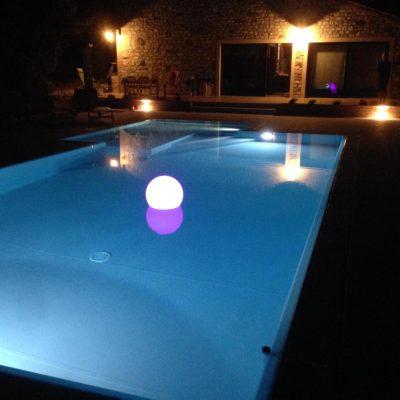 Piscina a sfioro caratterizzata da bassissimi consumi grazie all'installazione di lampade led ed impianto di filtrazione Made in Italy ad altissima resa.