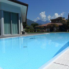 Close up piscina a sfioro con rivestimento in PVC armato resistente a forti sollecitazioni. Piscina a sfioro perfetta per essere pulita dal robot piscina Dolphin Maxi.