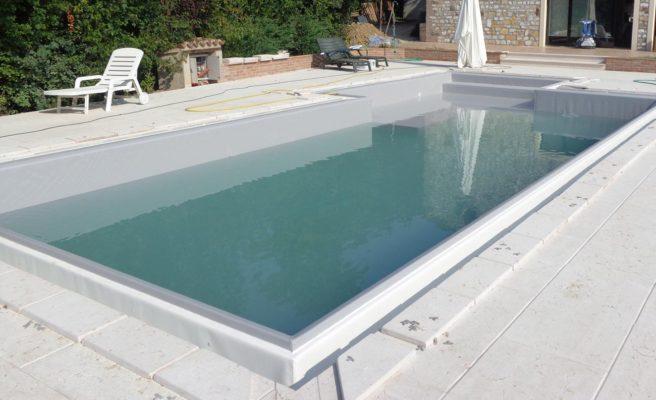 Riempimento e controlo piscina a sfioro senza vasca di compenso