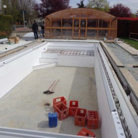 Ristrutturazione piscina in vetroresina in piscina a sfioro con cassero Easyblok