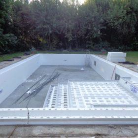 Ristrutturazione e creazione della scala a gradoni nella nuova piscina a sfioro