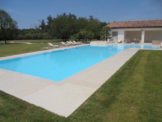 Vista panoramica piscina interrata a sfioro in casseri Eps isotermici ed antisismici.