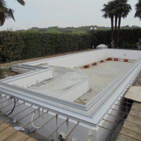 Struttura piscina dopo riempimento cemento armato