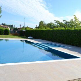 Panoramica di una piscina a sfioro senza vasca di compenso, isotermica ed antisismica.
