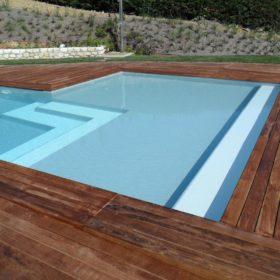 Piscina a sfioro senza vasca di compenso con bordo sfioratore in legno - Dettagli ingresso con scala