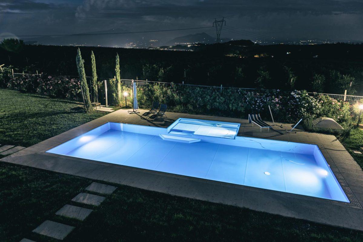Piscine a sfioro con zona relax esterna zavatti piscine for Blu design piscine napoli