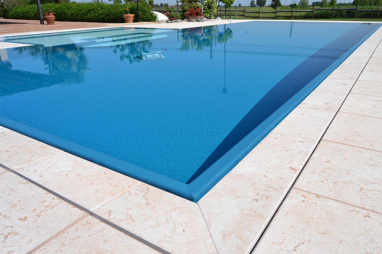 Dettaglio sfioro a scomparsa di una piscina a sfioro Zavatti.