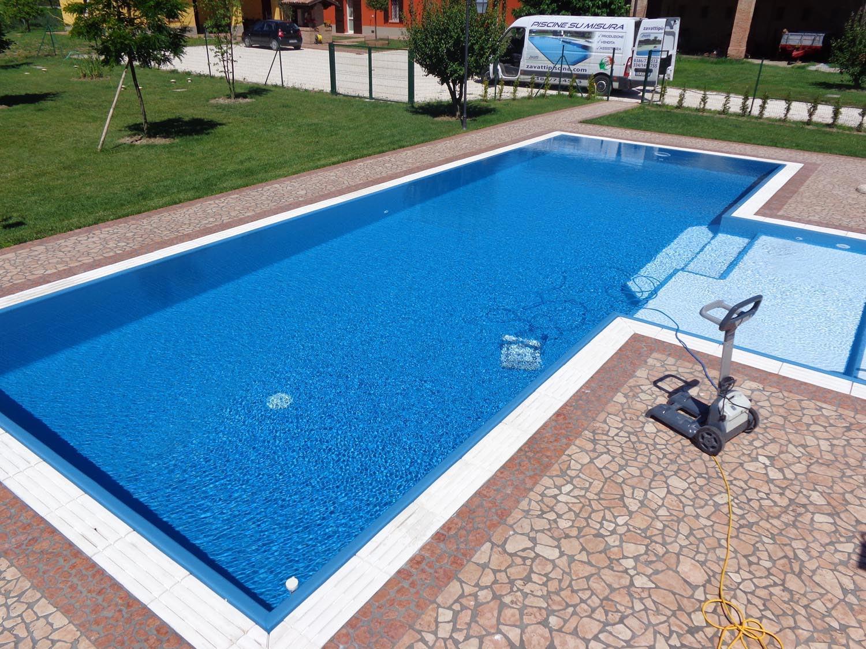 Panoramica piscina a sfioro senza vasca di compenso in casseri Eps Easyblok. Piscina dotata di robot professionale Dolphin Maxi.