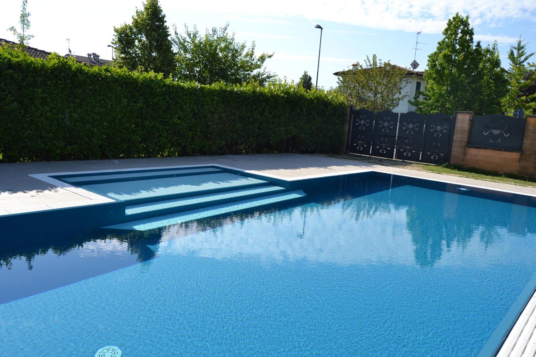 Riflessi su una piscina a sfioro senza vasca di compensazione con liner blu, perfetto per riprodurre i colori dell'ambiente circostante.
