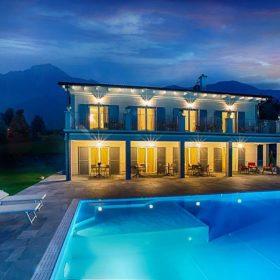 Luce suggestiva di una piscina a sfioro con luci led ad alto risparmio energetico
