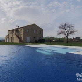 Increspature d'acqua su una piscina a sfioro senza vasca di compenso con zona relax bicolore