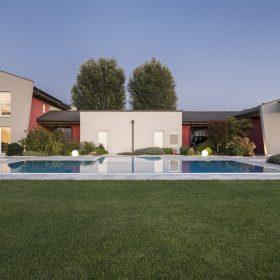Panorama piscina a sfioro senza vasca di compensazione realizzata da Zavatti
