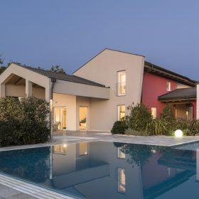 Piscina a sfioro senza vasca di compenso autopulente perfettamente integrata con ambiente e abitazione.