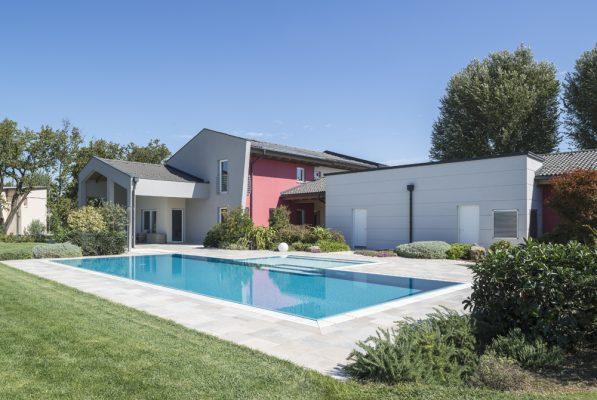 Visione d'insieme della qualità costruttiva di una piscina a sfioro autopulente ed antisismica.