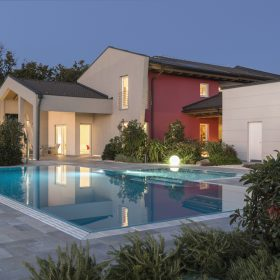 Panoramica piscina a sfioro Zavatti con spiaggia centrale a scalini laterali.
