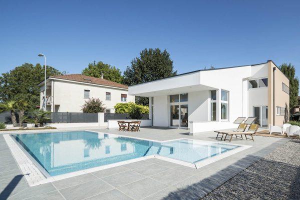 Panoramica piscina a sfioro isotermica ad alto risparmio energetico.