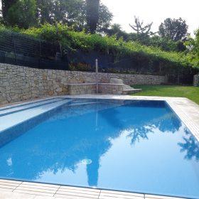Bagnasciuga con rivestimento antiscivolo bicolore che percorre l'intera lunghezza della piscina