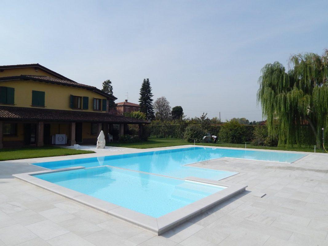 Piscine a sfioro con zona relax esterna zavatti piscine for Piscina rialzata