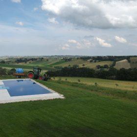 Panoramica di una piscina a sfioro realizzata su misura con le tecnologie innovative ed affidabili Zavatti
