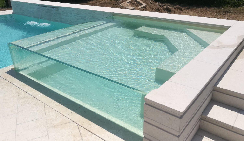 Dettaglio zona relax sopraelevata realizzata in cristallo