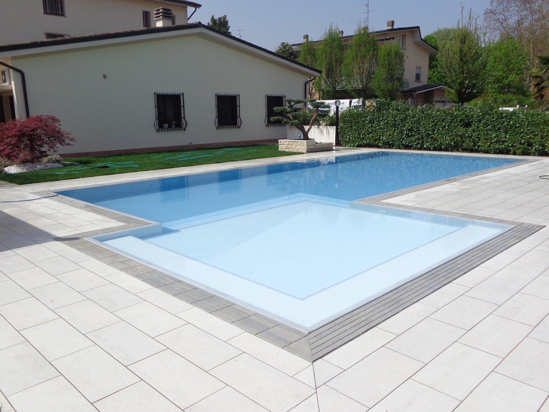 Primo piano zona relax di una piscina a sfioro rifinita con griglia Modulartem