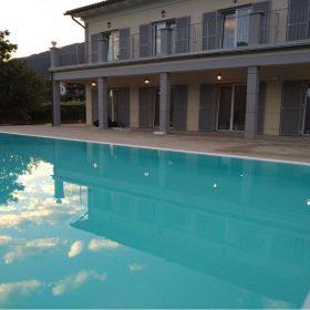 Close up piscina a sfioro perfettamente integrata con l'ambiente circostante