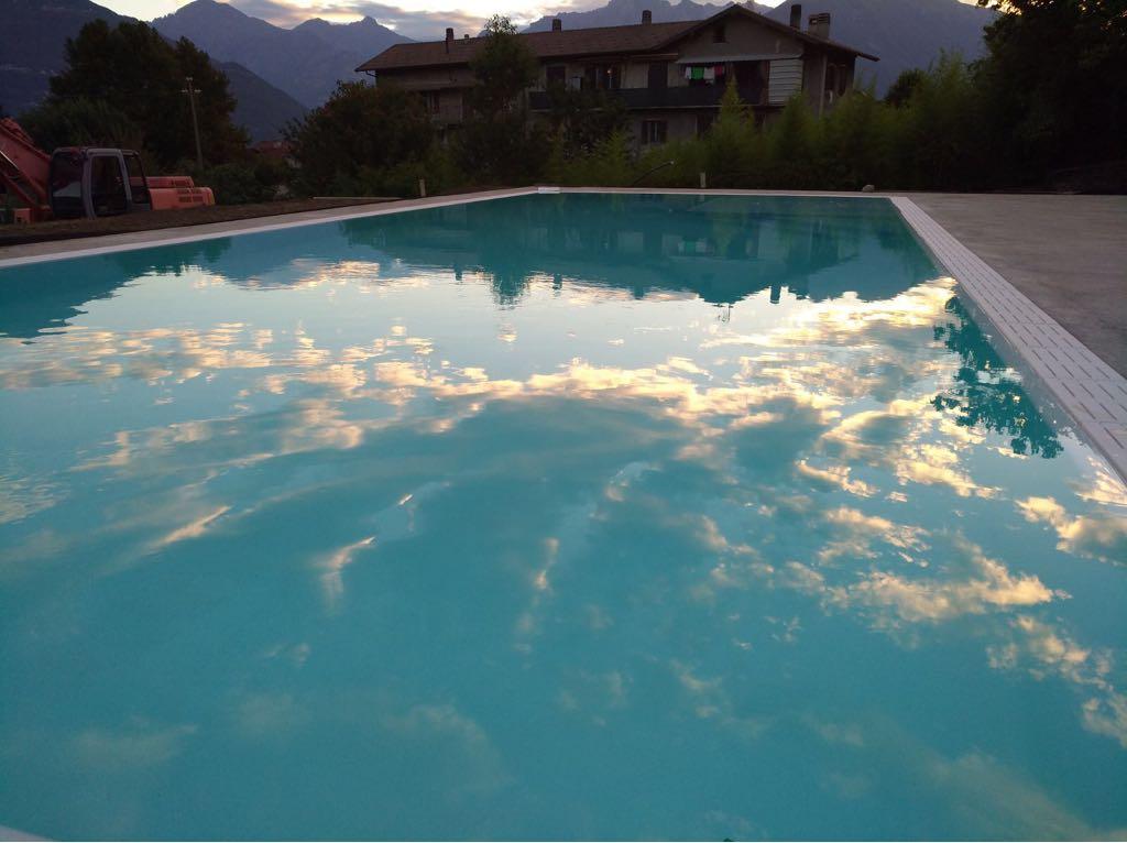 Nuvole riflesse sullo specchio d'acqua di una piscina Zavatti