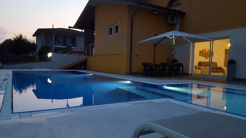 Vista serale di una piscina made by Zavatti