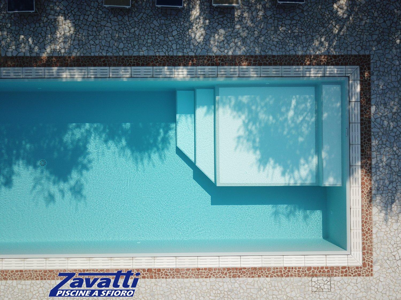 Dettaglio zona relax realizzata con rivestimento bicolore antisdrucciolo