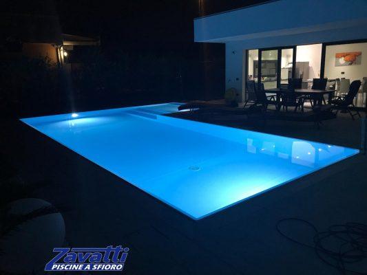 Fascino notturno di una piscina a sfioro Made by Zavatti