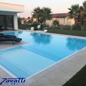 """Increspature d'acqua su una piscina Zavatti a forma di """"elle"""""""