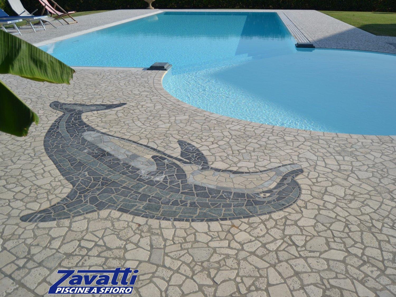 Close up pavimentazione circostante una piscina a sfioro Zavatti. Design esclusivo grazie al mosaico personalizzato