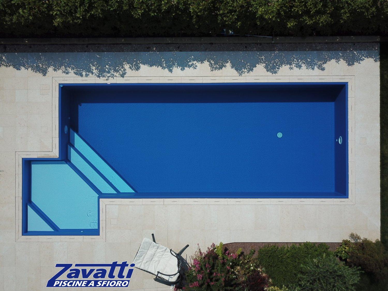 Piscina con rivestimento deep blue ad alta pigmentazione: per una massima resa estetica e per un grande assorbimento di calore