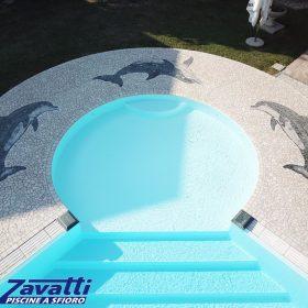 Bagnasciuga circolare con pavimentazione circostante arricchita da mosaico