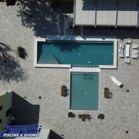 Vista aerea di una piscina Zavatti realizzata completamente su misura