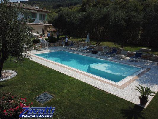 Vista completa piscina a sfioro Zavatti antisismica ed isotermica