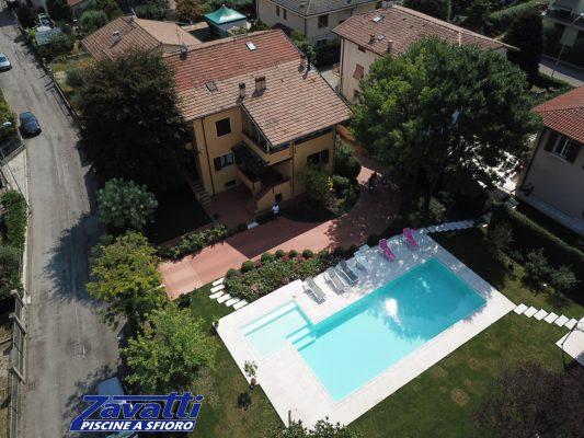 Vista dall'alto piscina a sfioro ad alto risparmio energetico con rivestimento chiarissimo