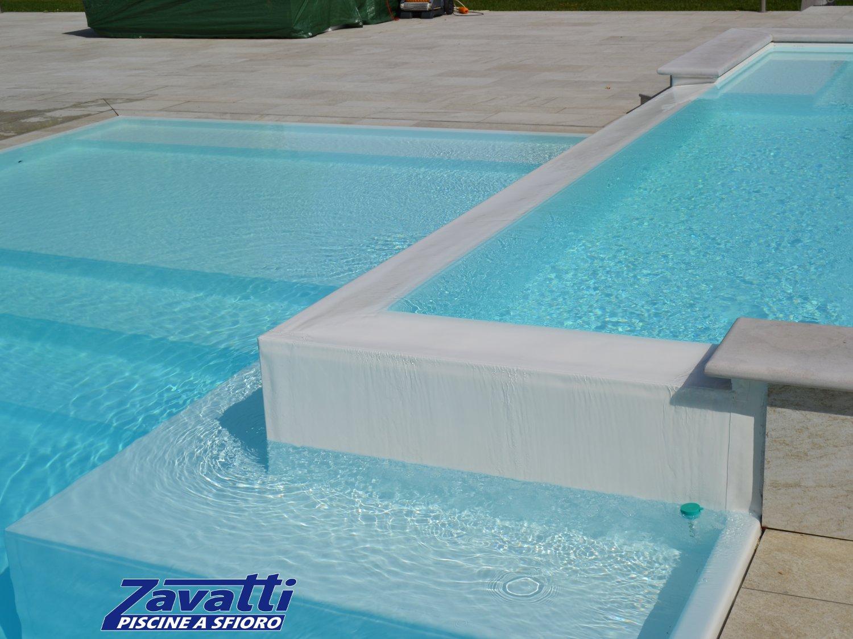 Dettaglio zona sopraelevata di una piscina a sfioro Made by Zavatti