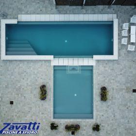 Vista aerea piscina in opera con rivestimento grigio scuro