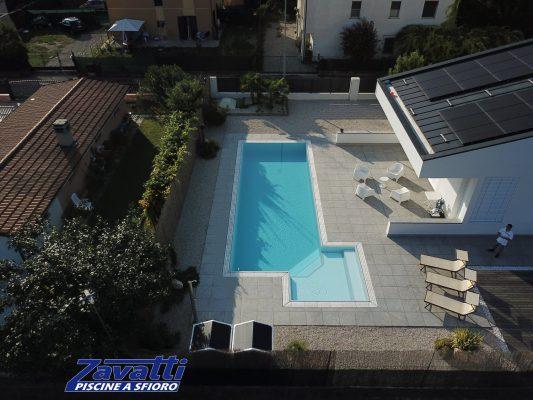 Panoramica piscina a sfioro isotermica ed antisismica