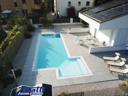 Vista completa piscina in opera realizzata con colori che riprendono quelli dell'abitazione